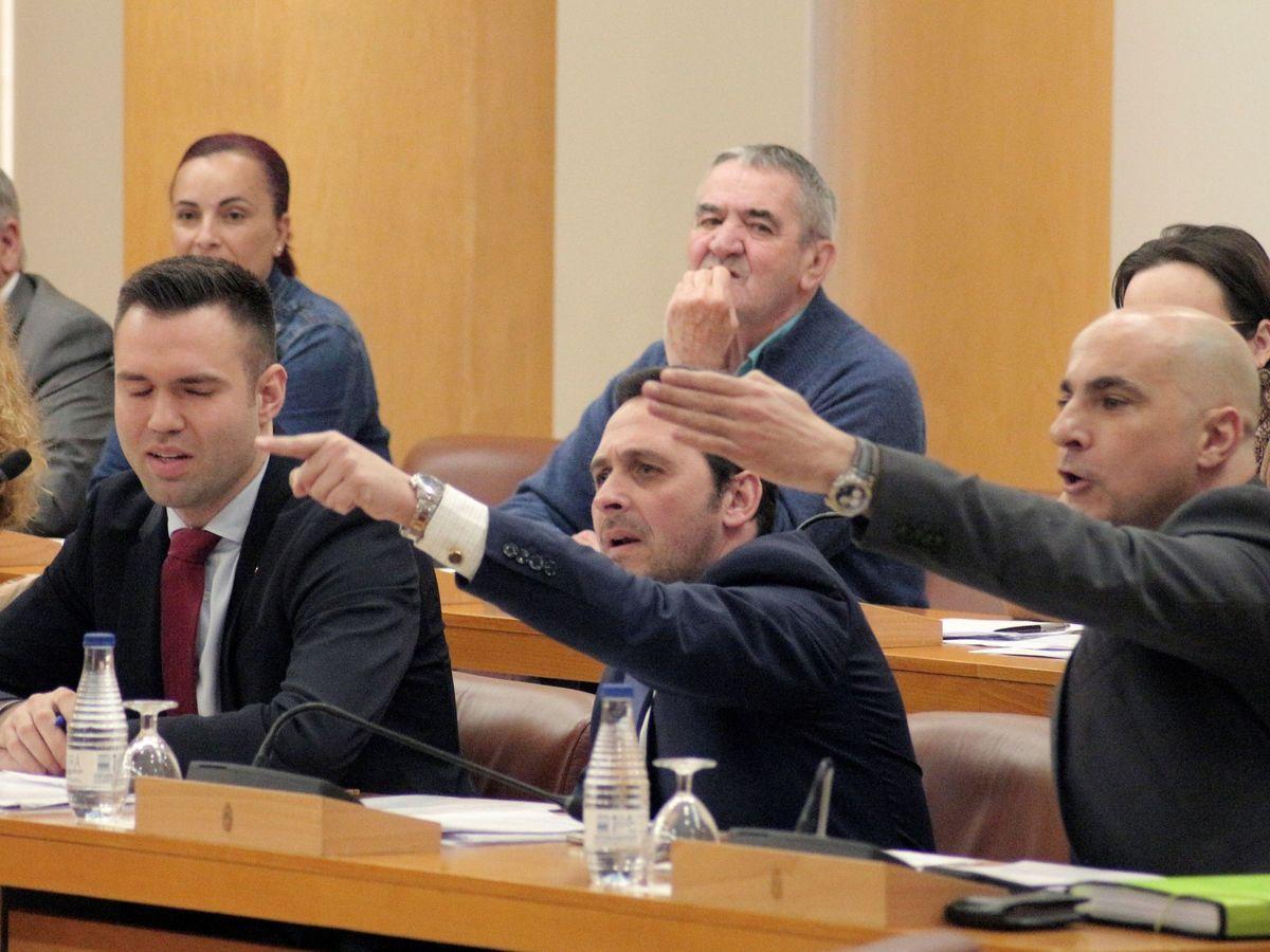 Foto: Momento del Pleno de la Asamblea de Ceuta suspendido por el enfrentamiento entre los diputados de Vox y los de Coalición Caballas. (EFE)