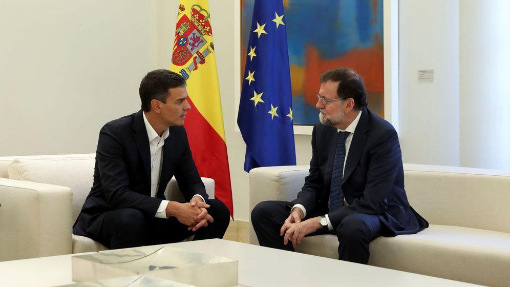 Foto: El presidente del Gobierno, Mariano Rajoy, dialoga con el secretario general del PSOE, Pedro Sánchez. (Reuters)
