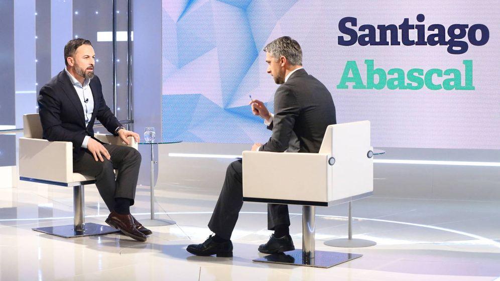 Foto: Santiago Abascal y Carlos Franganillo, durante la entrevista. (RTVE)