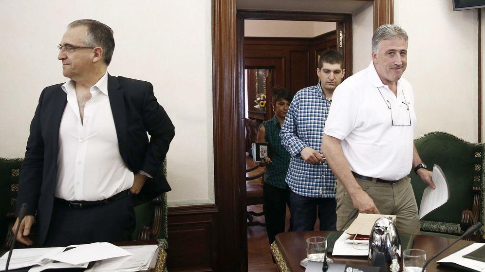 Foto: El alcalde de Pamplona, Joseba Asiron, de EH Bildu (d), y su predecesor en el cargo, Enrique Maya (i), de UPN, candidato de Navarra Suma. (EFE)