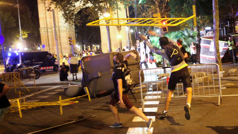 Radicales lanzando vallas a la policía. (Reuters)