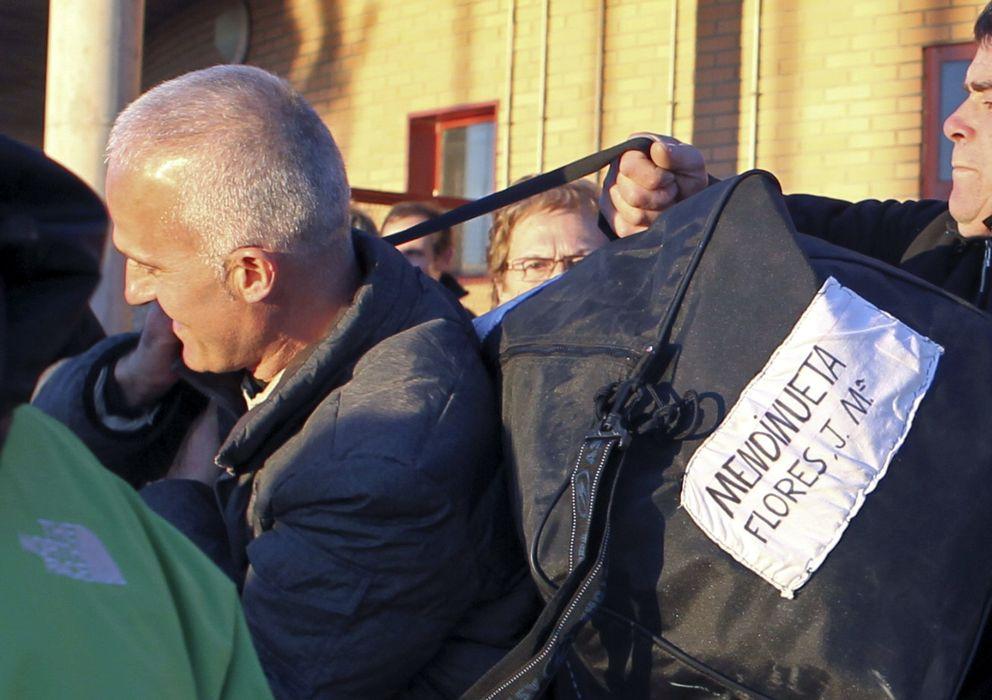 Foto: Jesús María Mendinueta, alias Manu, a la salida de la prisión de Zuera. (EFE)