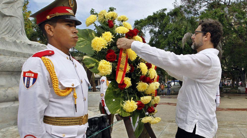 Foto: El embajador de España en Cuba, Juan José Buitrago, coloca una ofrenda floral en el monumento al prócer cubano José Martí con motivo del Día de la Hispanidad. (EFE)
