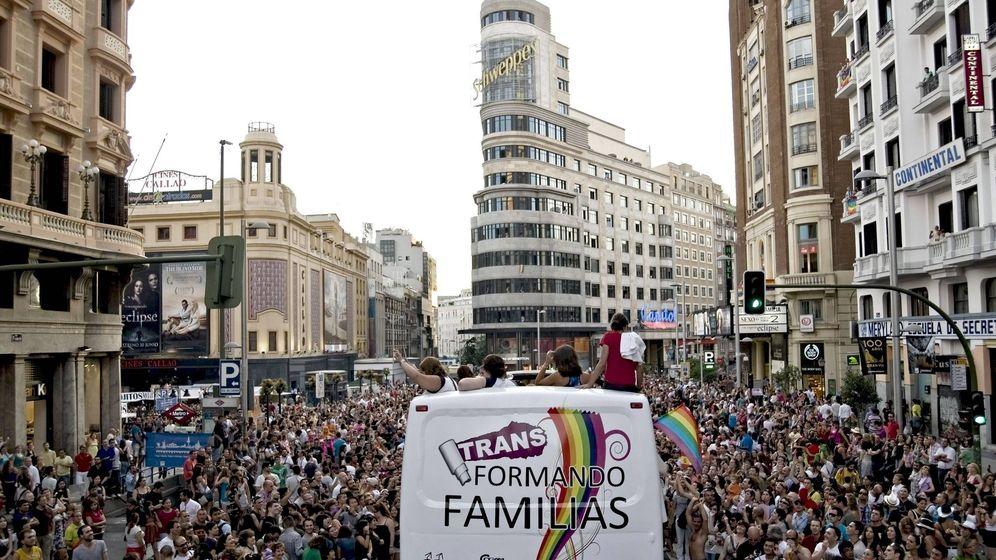Foto: La Gran Vía madrileña, en 2010, durante el desfile del Orgullo Gay que reivindicó los derechos de los transexuales. (EFE)