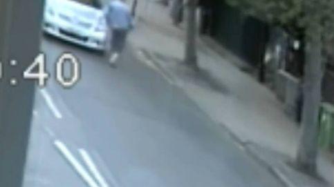 Un conductor se baja del coche para empujar y tirar al suelo a un anciano