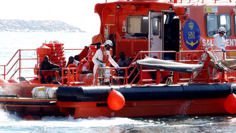Buscan a un hombre que cayó de un kayak en la costa de Níjar (Almería)