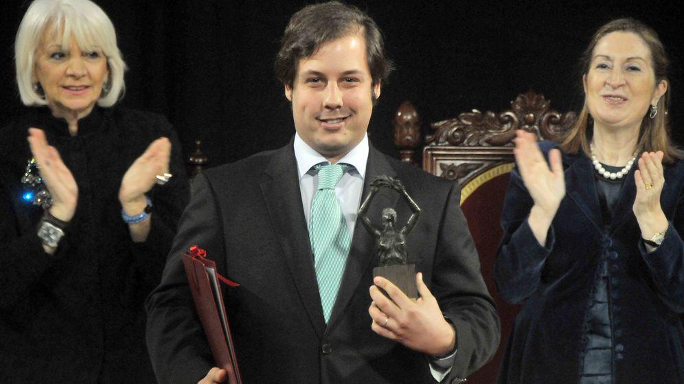 Foto: Joaquín Ayuso de Paúl (c), tras recoger el Premio Joven Emprendedor en 2013. (EFE)