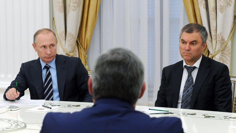Viacheslav Volodin junto a Vladímir Putin durante una reunión con los líderes de los partidos políticos con presencia parlamentaria, en septiembre de 2016 (EFE)