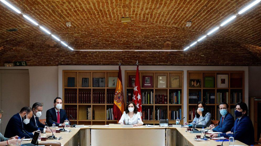 Foto: Ayuso, en la última reunión del consejo de gobierno extraordinario. (EFE)