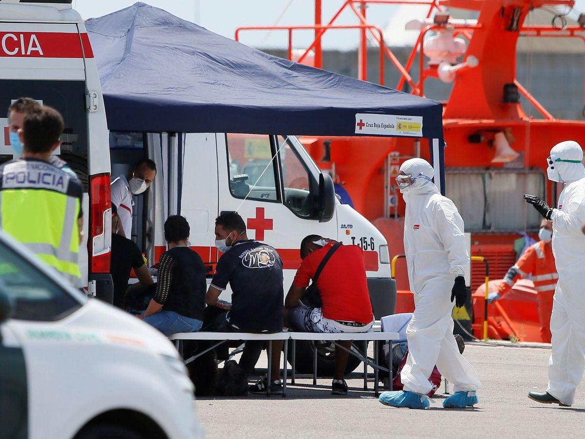 Foto: Inmigrantes atendidos en el puerto de Alicante por la Cruz Roja en julio. (EFE)