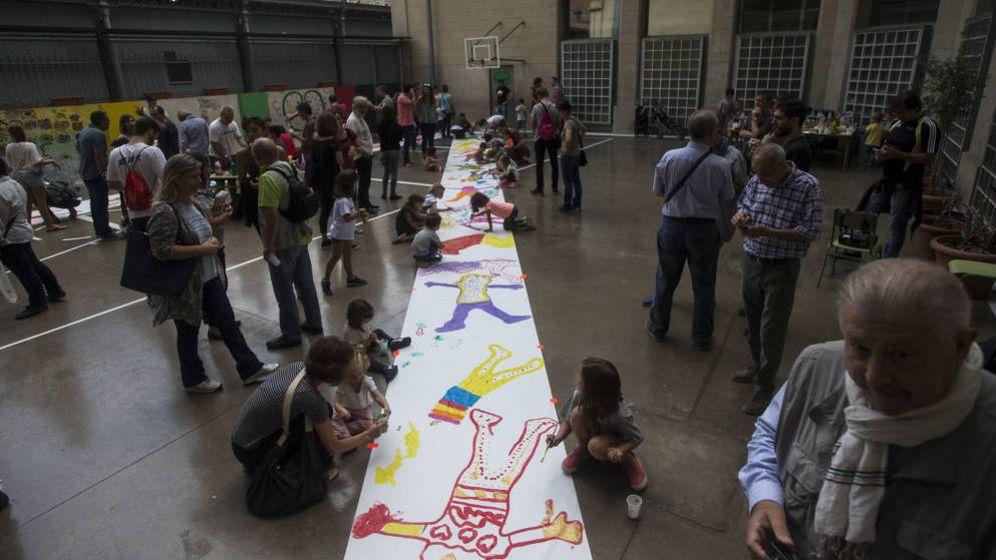 Foto: Profesores, padres, madres y alumnos, en las escuelas durante la víspera del 1-O. (EFE)
