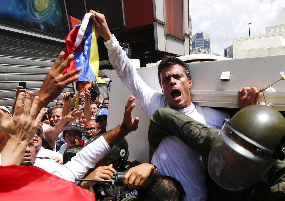 Foto: El líder opositor Leopoldo López es introducido en un vehículo de la Guardia Nacional en Caracas. (Reuters)