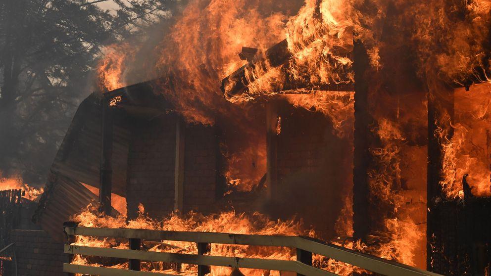 Mueren dos bomberos en la oleada de incendios que asola Australia