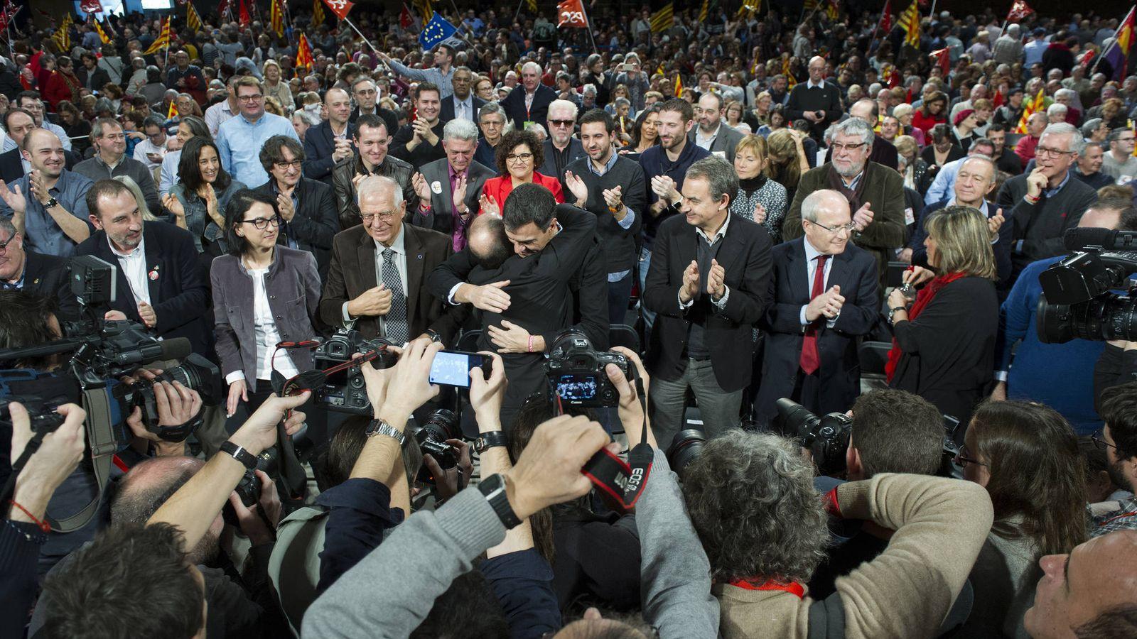 Foto: Pedro Sánchez abraza a Miquel Iceta, ante Zapatero, Josep Borrell y otros dirigentes en el acto central de campaña del PSC, el pasado domingo en Barcelona. (Flickr | Borja Puig)