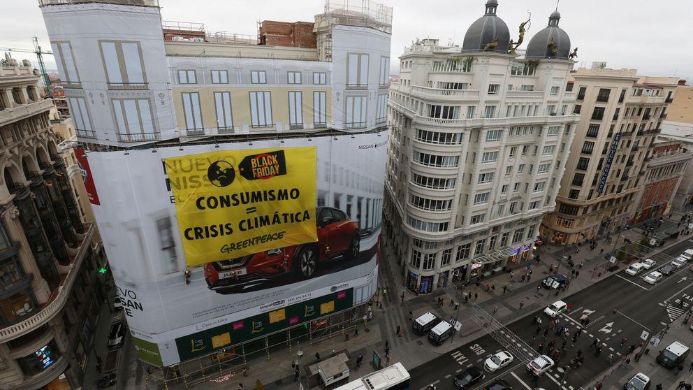 Greenpeace se encarama en Gran Vía contra el Black Friday, la fiesta del consumismo