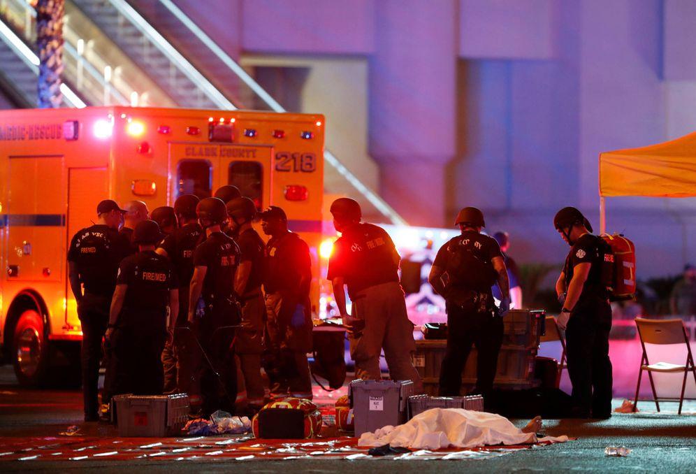 Foto: Un cadáver cubierto con una sabana tras el tiroteo indiscriminado en Las Vegas. (Reuters)