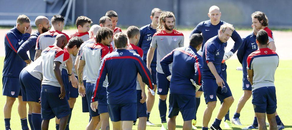 Foto: Jurgen Klinsmann da instrucciones a sus hombres durante un entrenamiento.