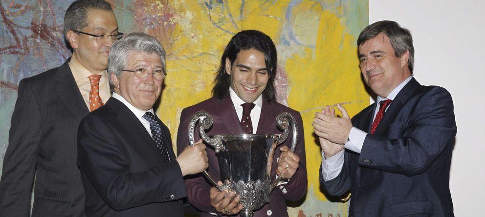 Foto: Miguel Cardenal (d), entregando el pasado lunes un premio al exatlético Radamel Falcao (c), en presencia del presidente rojiblanco, Enrique Cerezo (2i).