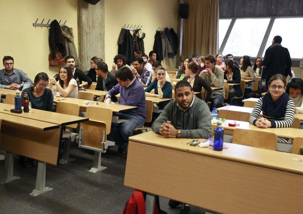 Foto: Los últimos datos señalan que existen menos estudiantes universitario. (Efe/Víctor Lerena)