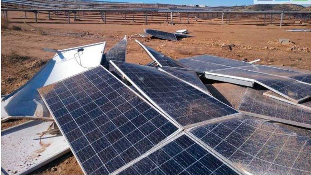Foto: Paneles destrozados por el viente. (LaComarca.net)