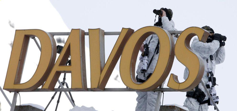 Foto: Fuerzas especiales de la Policía suiza sobre el tejado del Davos Congress Hotel este martes, 20 de enero de 2015 (Reuters)