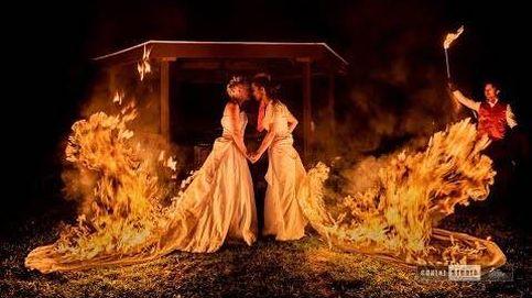 Dos novias queman sus vestidos para las fotos de boda y el resultado es increíble