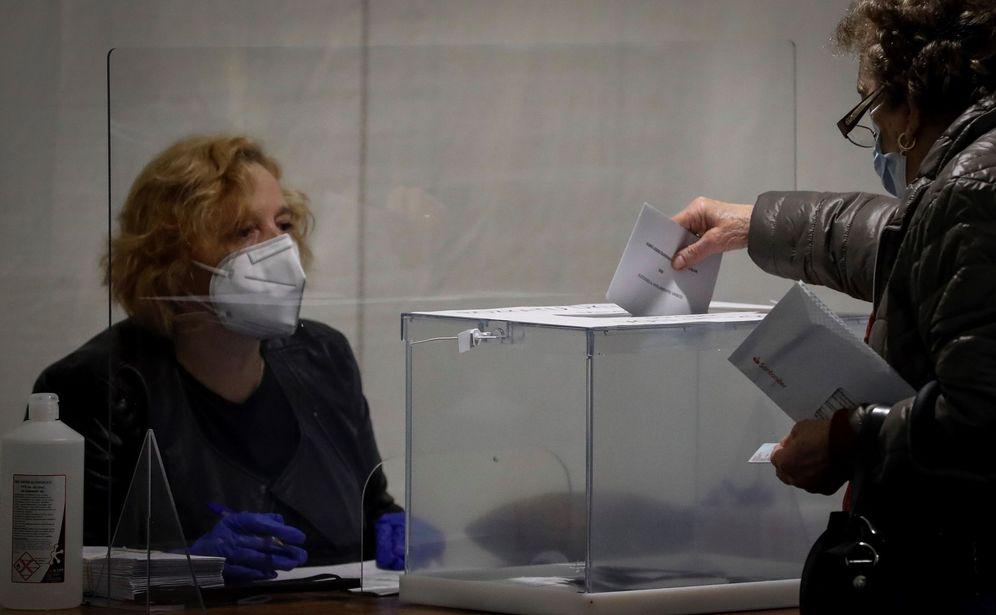 Foto: Una persona vota este domingo en la localidad guipuzcoana de Ordizia, el principal brote de covid en Euskadi en estos momentos. (EFE)