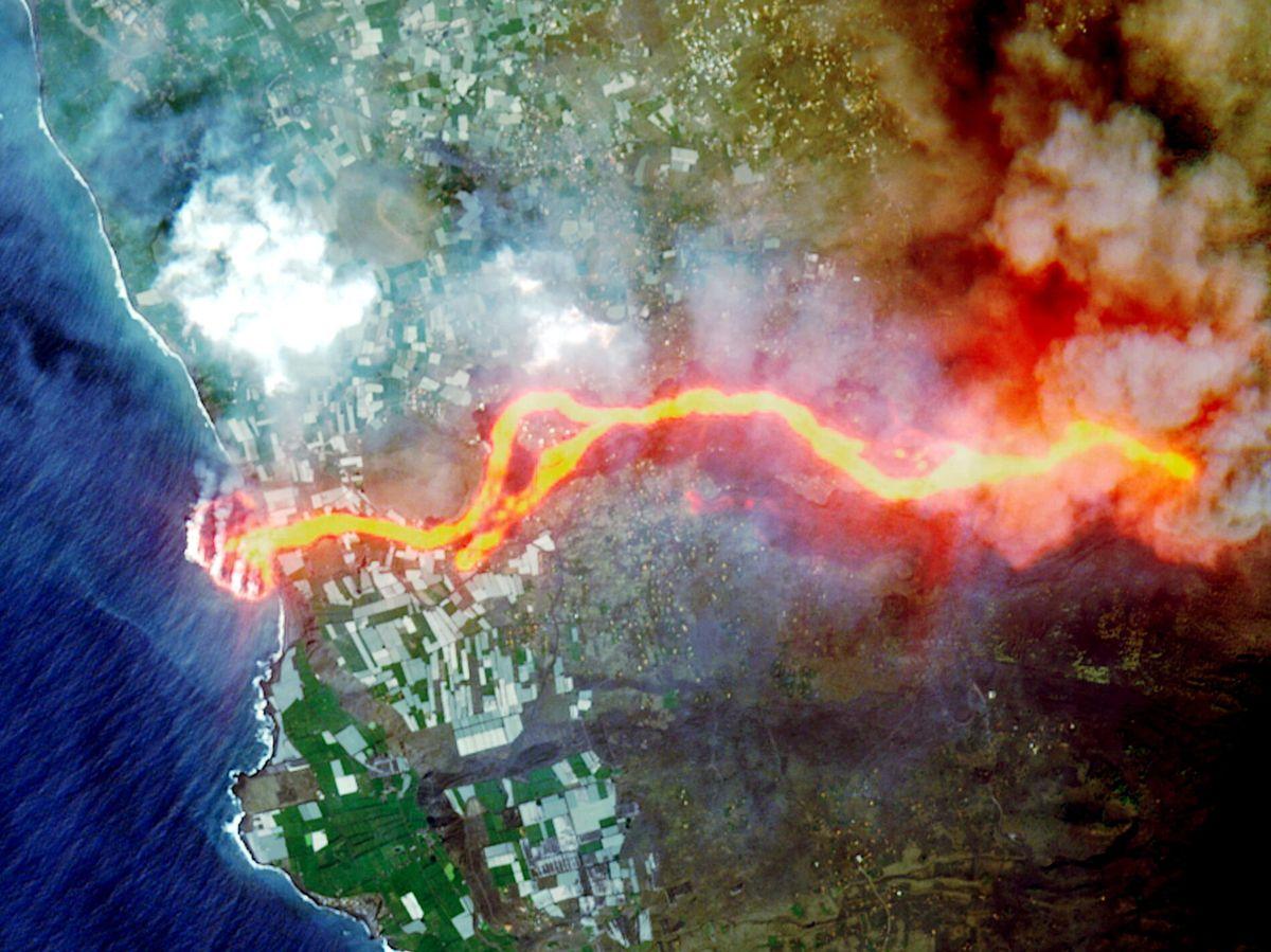 Foto: La cascada de lava que cae al mar en La Palma formando un delta (REUTERS)