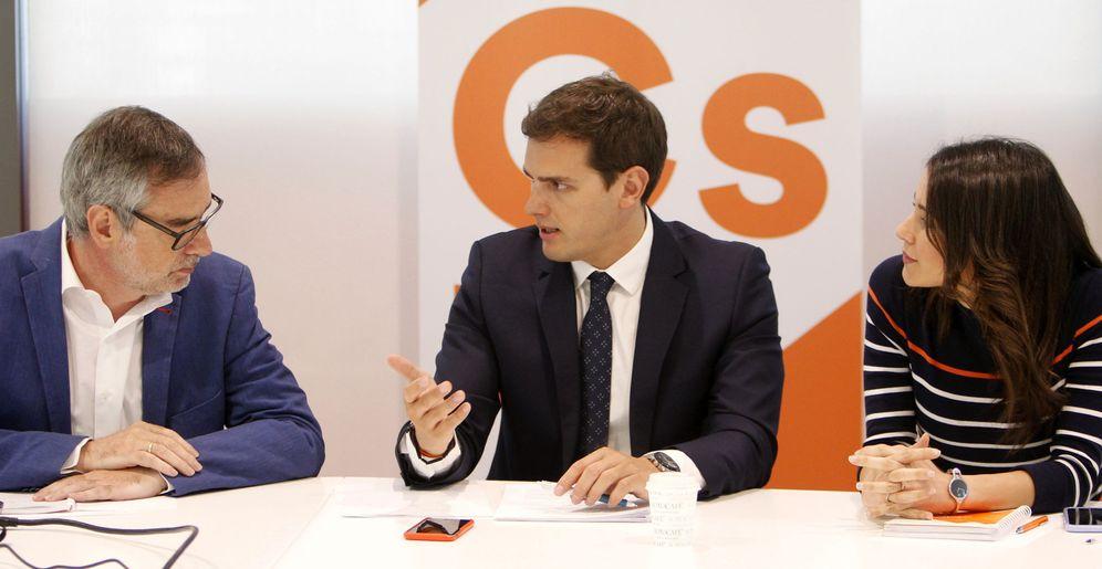 Foto: El líder de Ciudadanos, Albert Rivera, conversa con los dirigentes José Manuel Villegas (i) e Inés Arrimadas (d). (EFE)