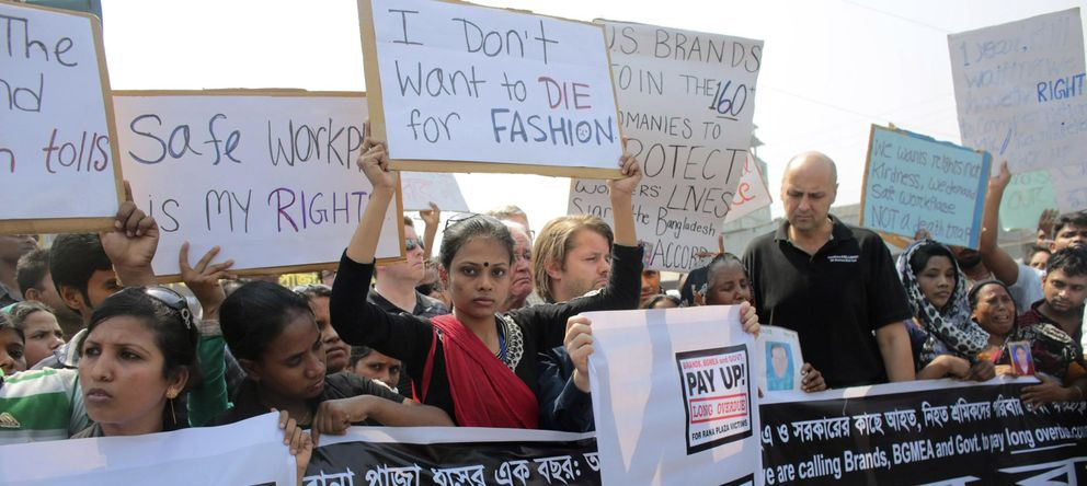 Foto: Manifestantes y activistas protestan en Savar (Dacca) en el primer aniversario de la tragedia de Rana Plaza. (Reuters)