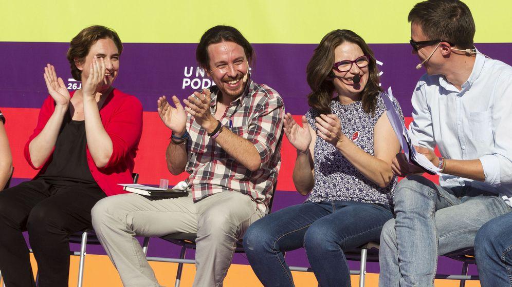 Foto: Ada Colau (i), alcaldesa de Barcelona, Pablo Iglesias, secretario general de Podemos (2i), y Mónica Oltra (2d), dirigente de Compromís y vicepresidenta de la Generalitat valenciana. (EFE)