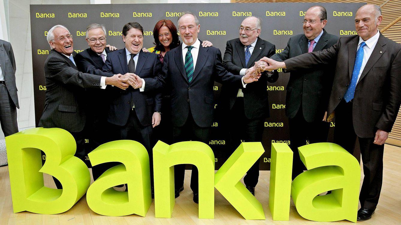 Foto: Rodrigo Rato (centro) posa junto a los presidentes de las seis entidades, que junto a Caja Madrid, conforman el grupo Bankia. (EFE)
