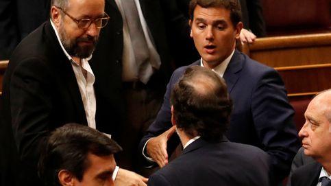 Rajoy da árnica a Rivera para priorizar su pacto y aplacar los celos por PP-PSOE