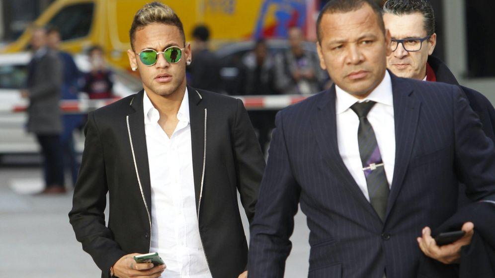 Foto: Neymar a su llegada a la Audiencia junto a su padre y sus abogados (Cordon Press).