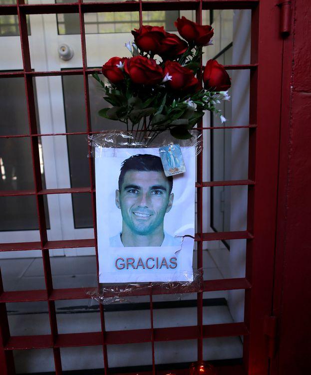 Foto: Flores y velas por José Antonio Reyes. (Reuters)