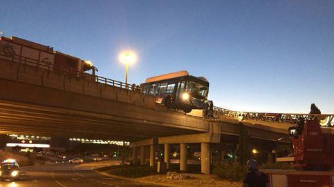Una lanzadera vacía del Mad Cool queda suspendida en un puente