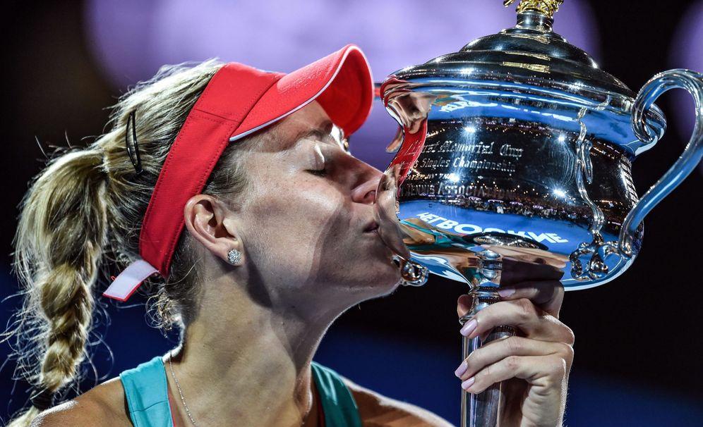 Foto: Angelique Kerber besa el título ganado en el Open de Australia (EFE)