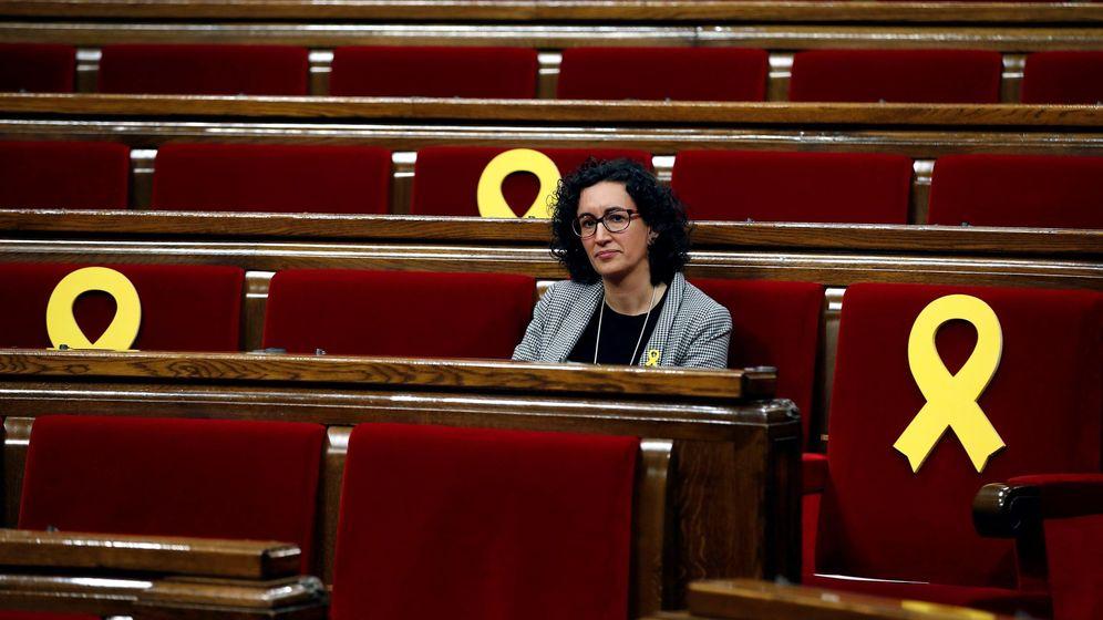 Foto: La secretaria general de ERC, Marta Rovira, junto a varios escaños vacios adornados con lazos amarillos. (EFE)