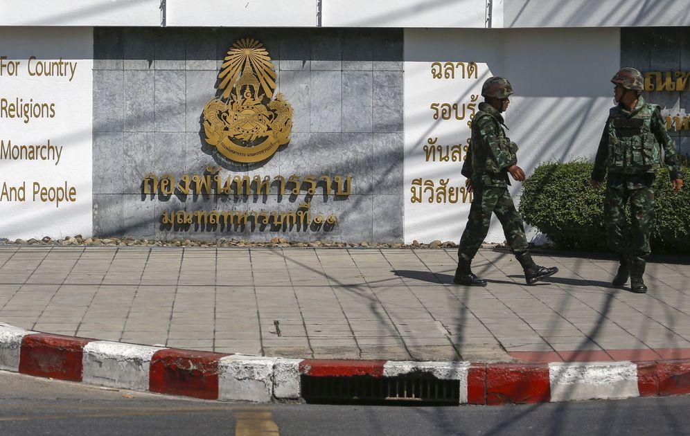 Foto: Soldados caminan frente a una base militar en Bangkok que aloja un centro secreto de detención. Fotografía tomada a finales de diciembre de 2015 (Reuters)