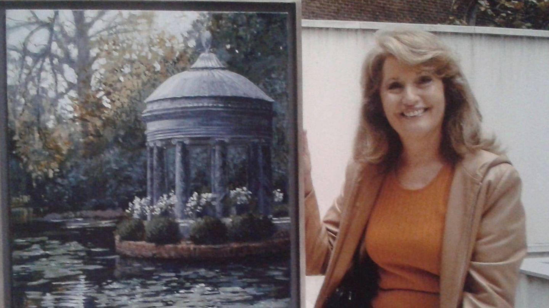 Marta de Arespacochaga, con uno de sus cuadros. (Fotografía cedida a Vanitatis)