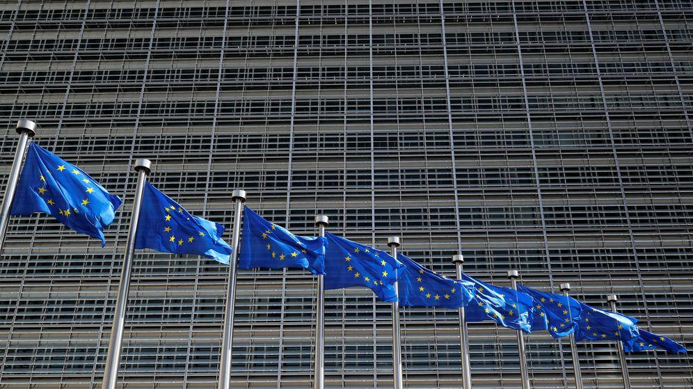 Foto: Banderas europeas frente a la sede del Ejecutivo comunitario en Bruselas. (Reuters)