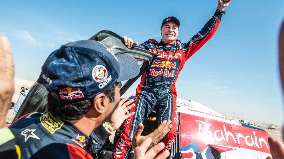 Foto: Carlos Sainz celebra su tercer título en el Dakar nada más entrar en meta. (Dakar)