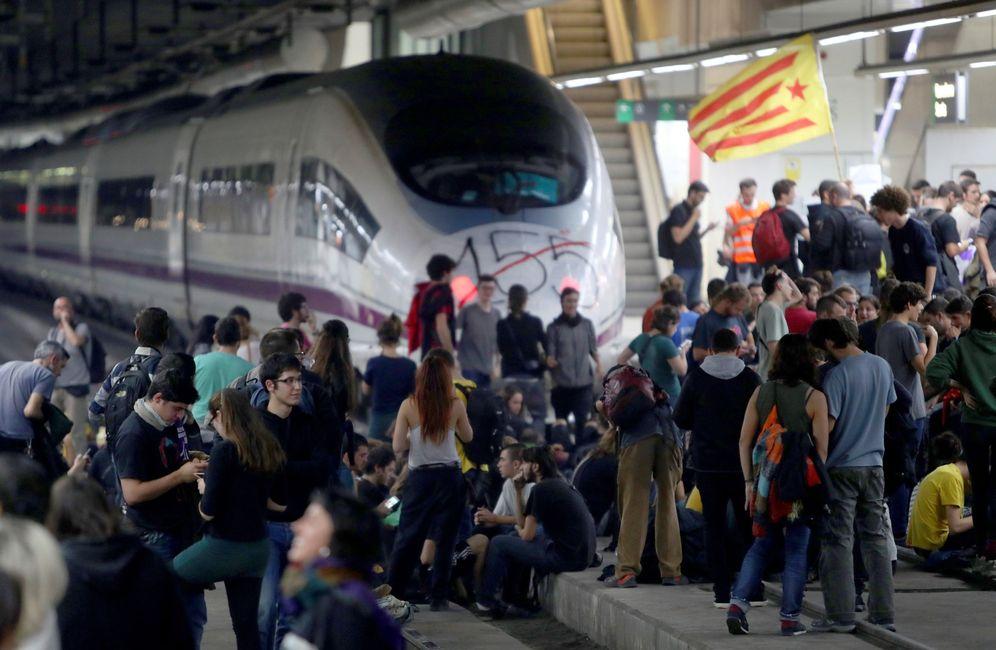 Foto: Manifestantes cortan las vías del AVE en Barcelona (Efe)