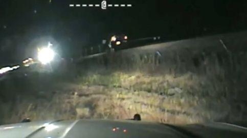 Un policía se juega la vida para evitar que un tren arrolle un coche por un segundo