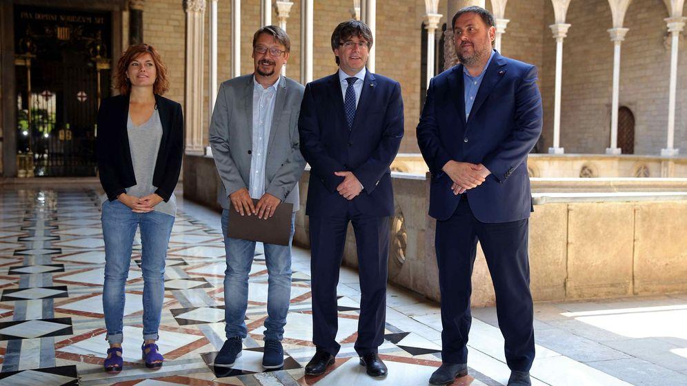 Foto: El presidente de la Generalitat, Carles Puigdemont (2d), y su vicepresidente, Oriol Junqueras (d), con el coordinador general de Catalunya en Comú, Xavier Domènech (2i), y su portavoz, Elisenda Alamany. (EFE)