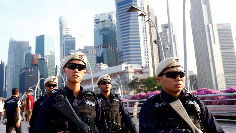 Policías patrullan el Puente Esplanade en Singapur, el 10 de junio de 2018. (Reuters)
