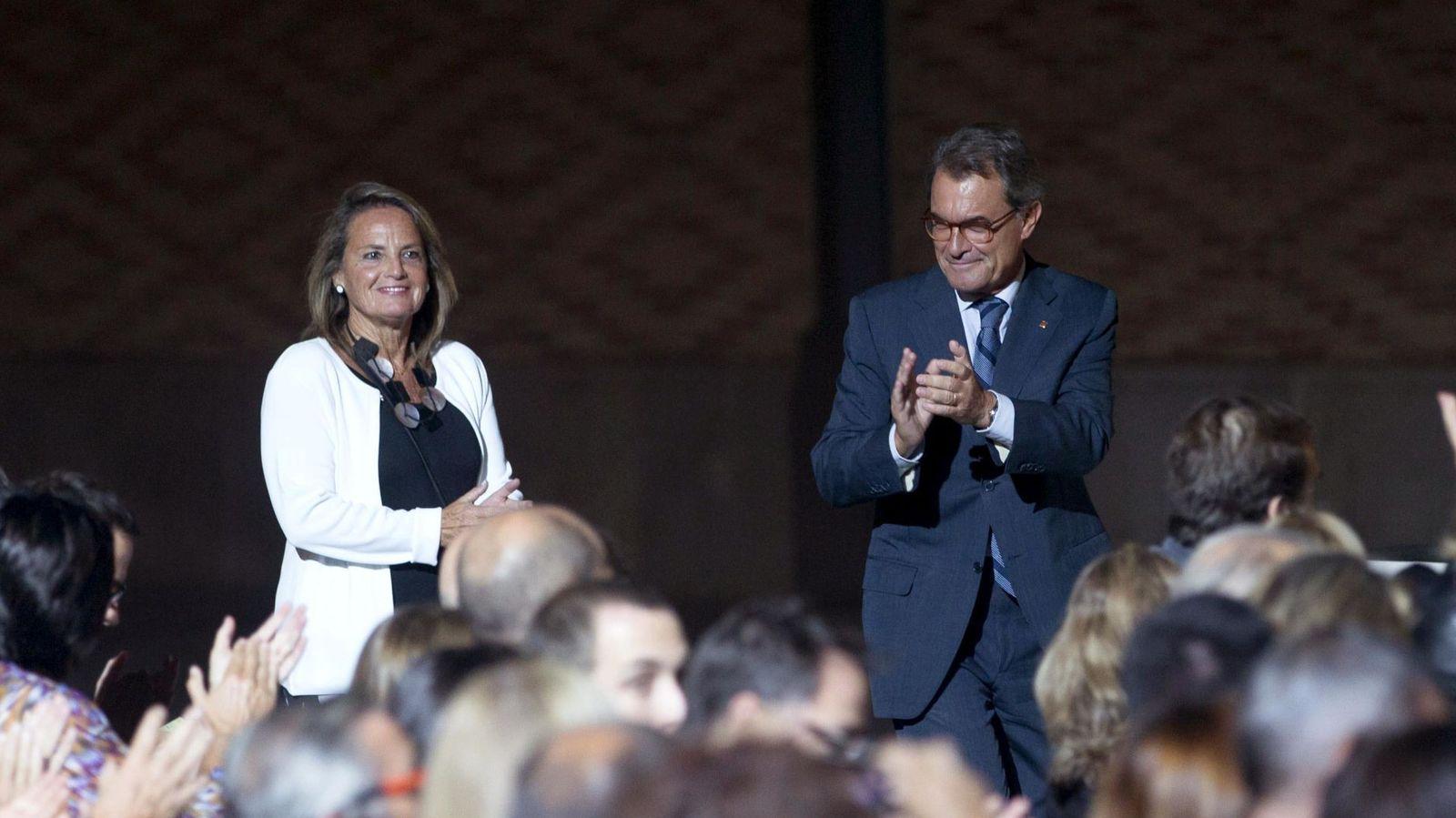 Foto: El expresidente de la Generalitat, Artur Mas, y su esposa Helena Rakòsnik, en el acto institucional con motivo de la Diada. (EFE)