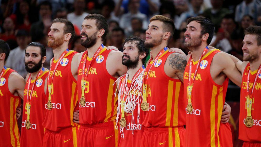 Foto: El equipo español de baloncesto tras ganar a Argentina (Jason Lee / Reuters)