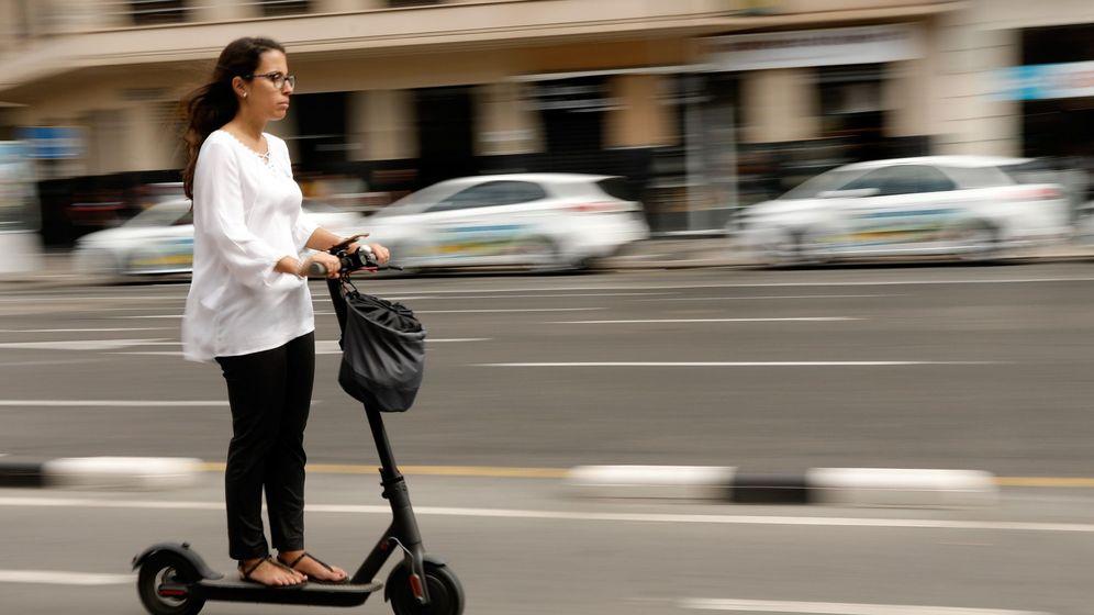 Foto: Mujer con patinete eléctrico en Valencia (Efe)