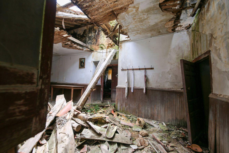 El tejado hundido en la sacristía de La Monjía. (D.B.)